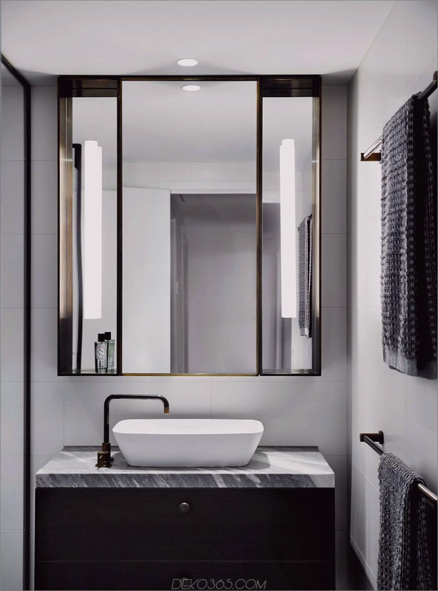Der dreifach gefaltete Spiegel des Badezimmers wirkt fast wie Art Deco