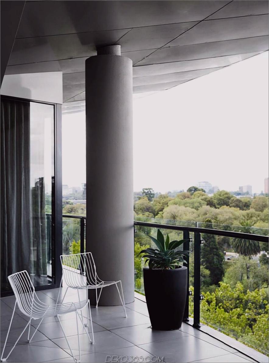Ein Balkon mit einer großen Säule eröffnet eine herrliche Aussicht
