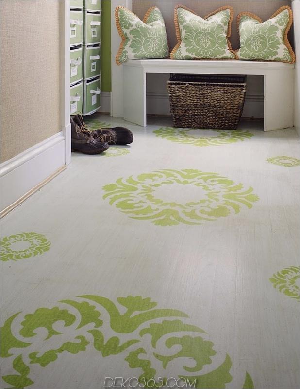 Schlamm-Zimmer-Holz-Boden-dekoriert-mit großen Schablonen-Mustern.jpg