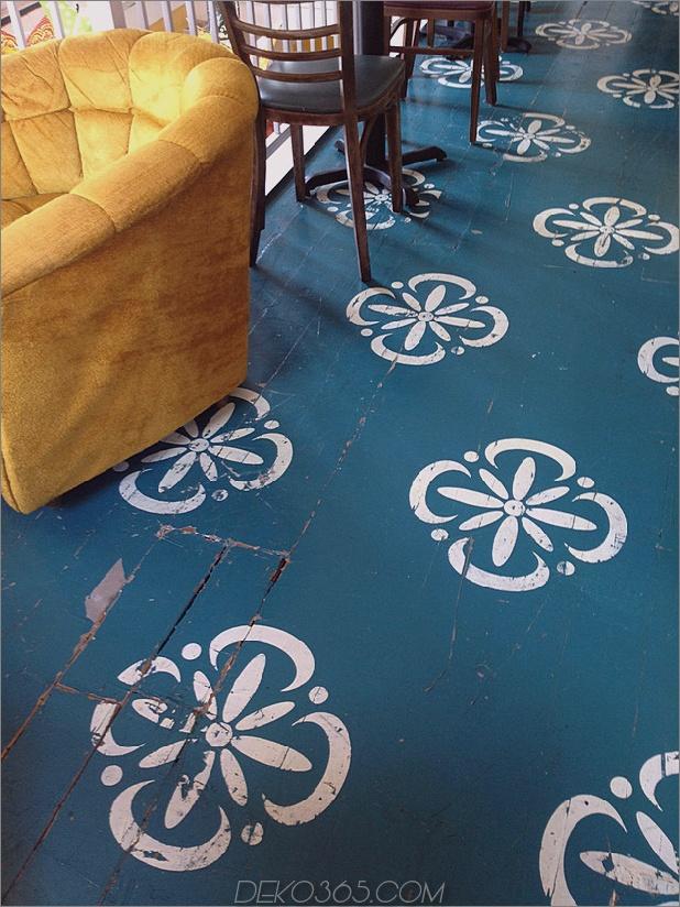 Stenciled-Floor-Wohnzimmer-White-on-Blue.jpg