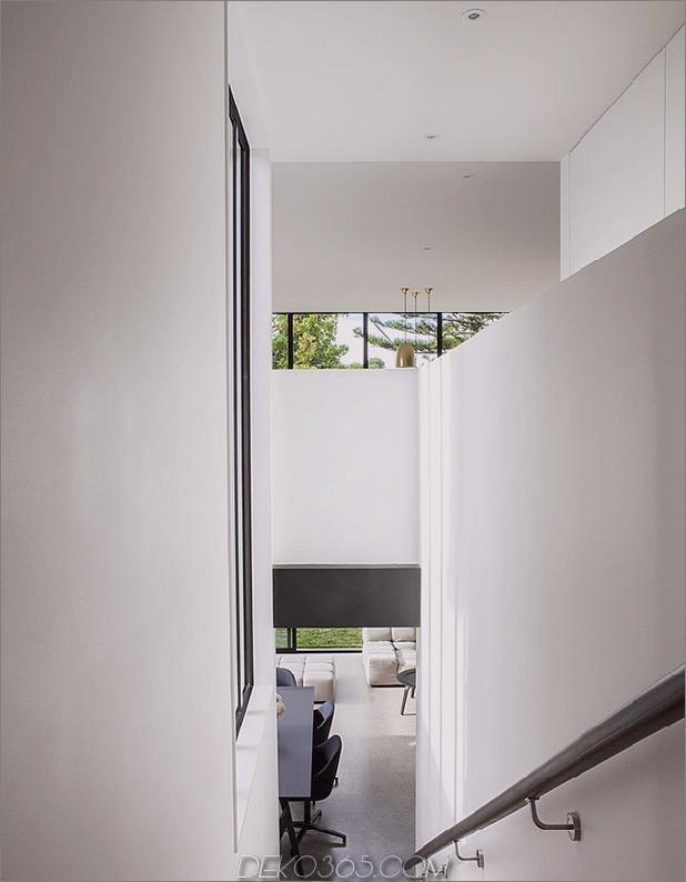 Traditionelles Ferienhaus-Neuseeland-erweitert-Modern-Box-Haus-9-Treppenhaus.jpg