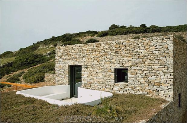 Treppenhaus-mit Steinmauern-und-weiß-Würfel-4.jpg