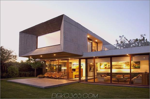 Hofhaus mit Glasuntergeschoss und Betonobermaterial 1 thumb 630x419 26120 U Geformtes Haus mit Glasuntergeschoss und Betonobermaterial