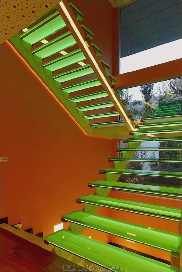 ultramodernes-haus-mit-lebendiger-beleuchtung-design-fokus-12-treppen-grün.jpg