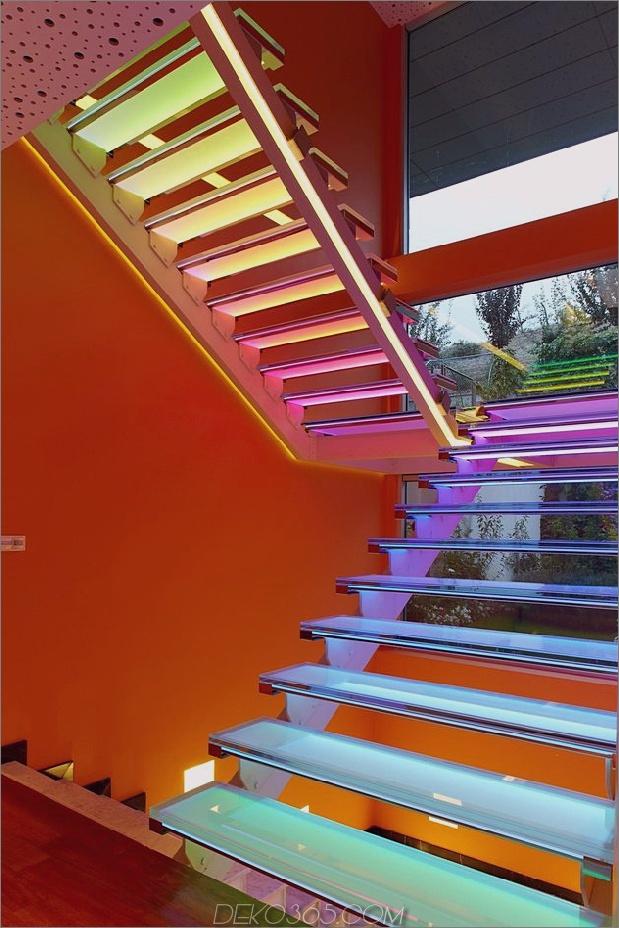 ultramodernes-haus-mit-lebendiger-beleuchtung-design-fokus-14-treppenregenbogen.jpg