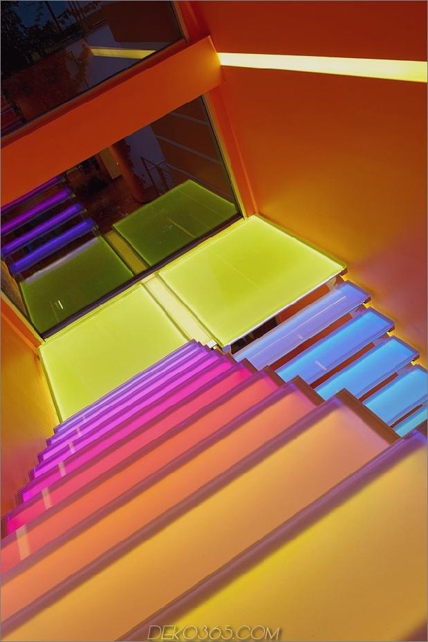 ultramodernes-haus-mit-lebendiger-beleuchtung-design-fokus-15-stufen-ranbow-down.jpg