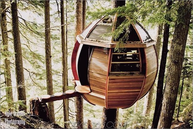 Aufgehängte-Holz-Pod-Kabine-um-Baumstamm-3-rechts-Seite.jpg