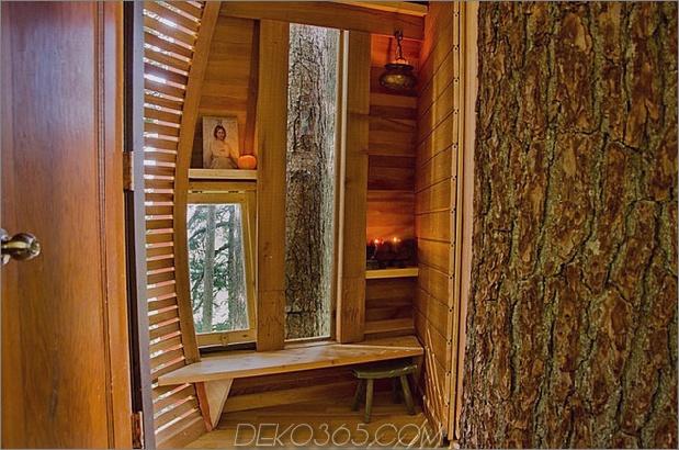 Aufgehängte-Holz-Pod-Kabine-um-Baumstamm-14-inside-door.jpg