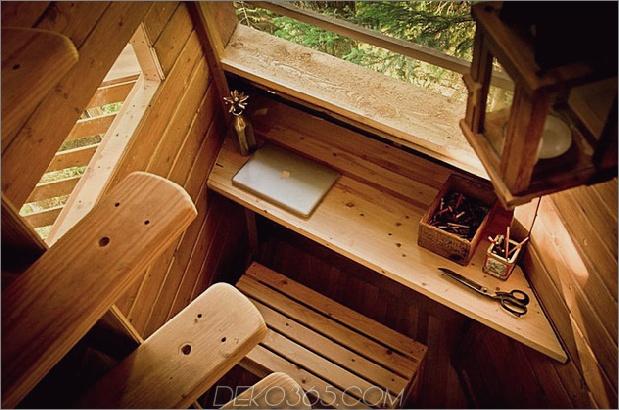 Aufgehängte-Holz-Pod-Kabine-um-Baumstamm-15-desk-stairs.jpg