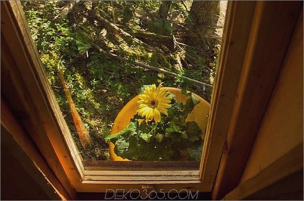 Aufgehängte-Holz-Pod-Kabine-um-Baumstamm-17-Boden-Fenster.jpg