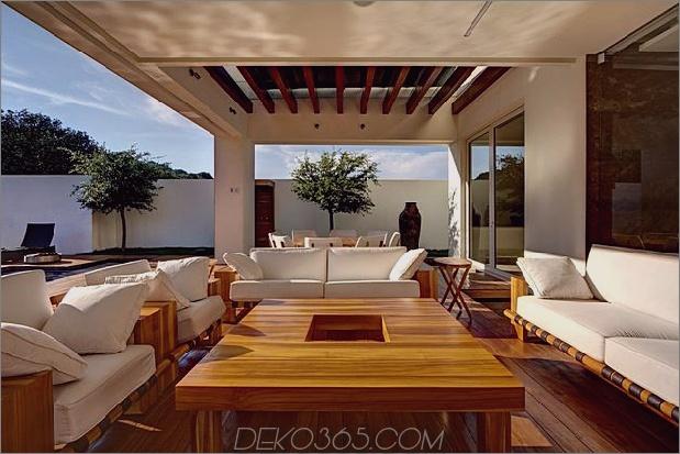 vielfältig-luxus-touches-in-complex-open-house-design-6-outdoor-sitting-area.jpg