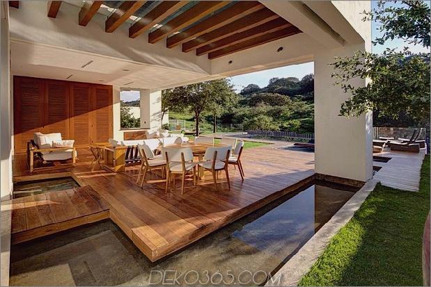 vielfältig-luxus-touches-in-complex-open-house-design-7-outdoor-table-water.jpg