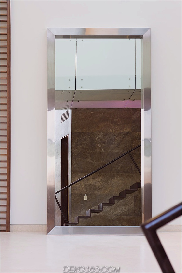 diverse -luxus-touches-in-complex-open-house-design-11-treppen-mirror.jpg