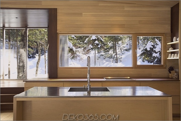 Wald-Flucht-Kabine-dominiert von warmen Holzbrettern-6-kitchen-straight.jpg