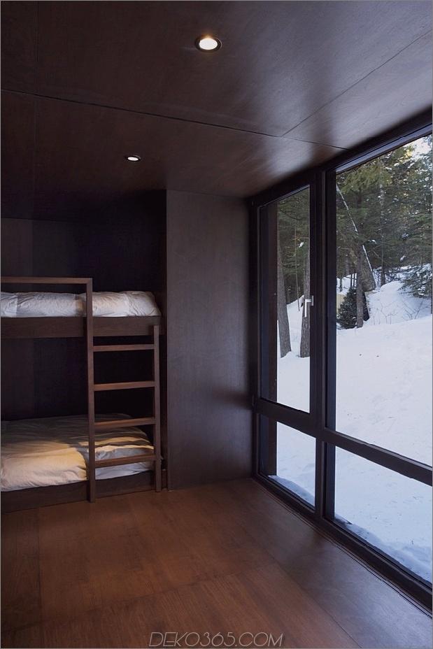 Wald-Flucht-Hütte-dominiert von warmen Holzbrettern-10-dark-bedroom.jpg