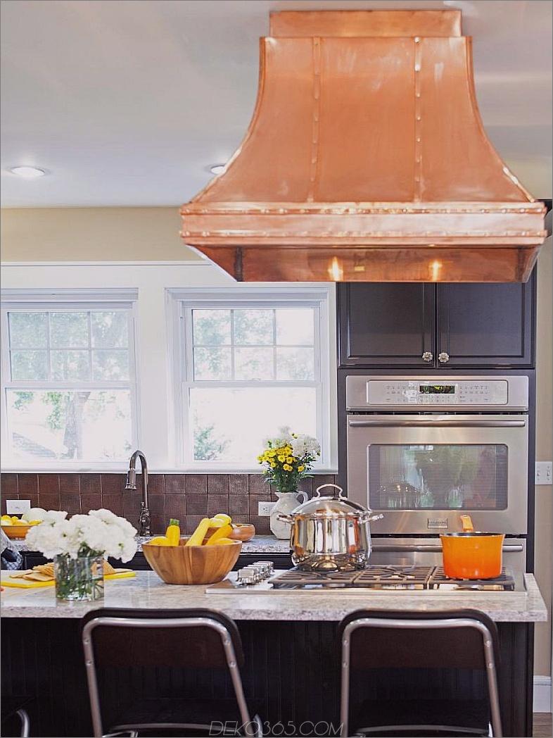 Schwarze Küche mit Kupferhaube