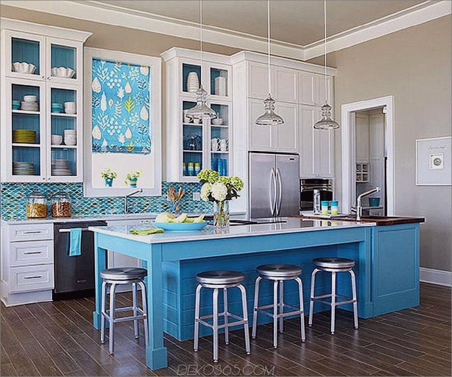 Blaue und nuetrale Küche mit dunklem Boden