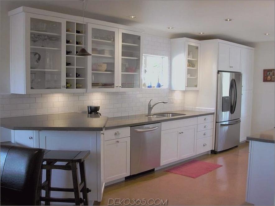 Weiße Küchenschränke mit Edelstahlgeräten