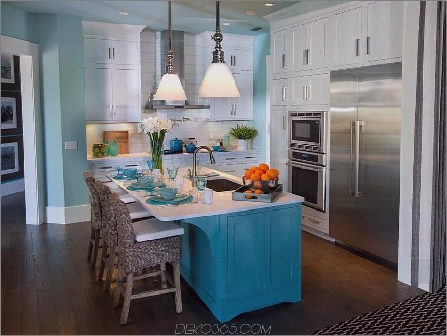 Weiße aquamarine und türkisfarbene Küche