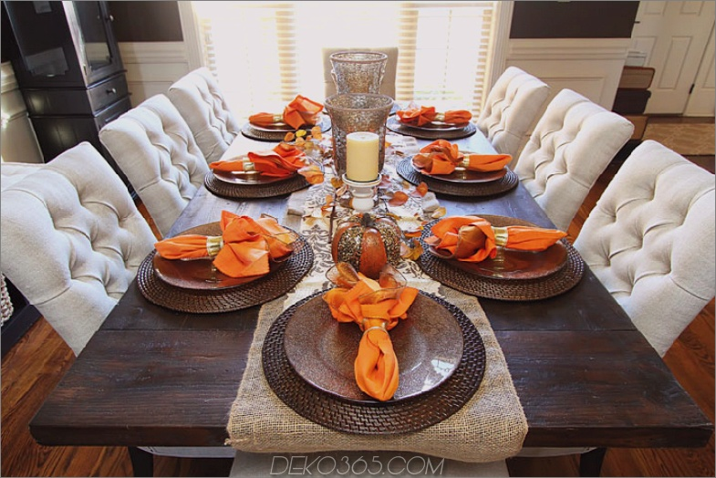 Orange Servietten als Akzente im Esszimmertisch im Herbst