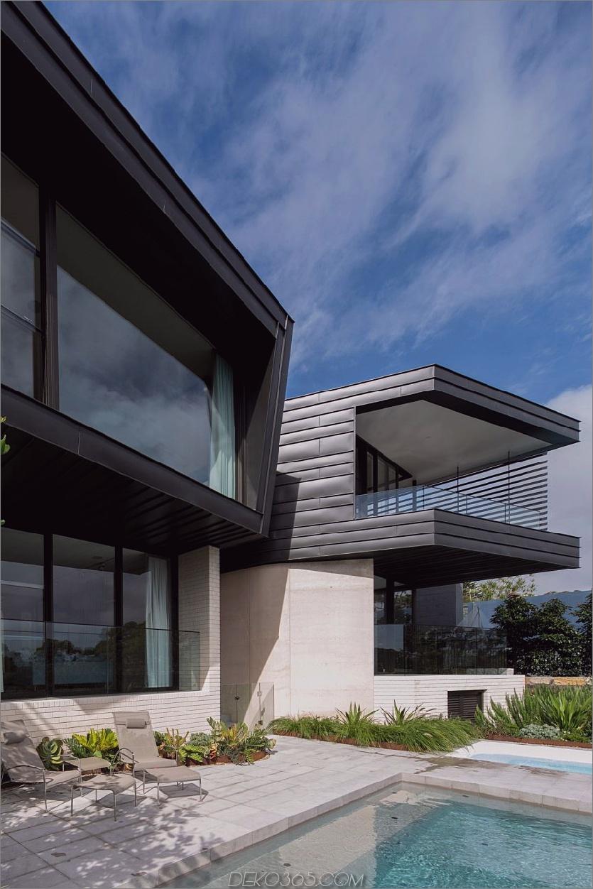 Der Pool erstreckt sich bis zum Einstiegsbereich Contemporary Balmoral House im Green Australian Paradise