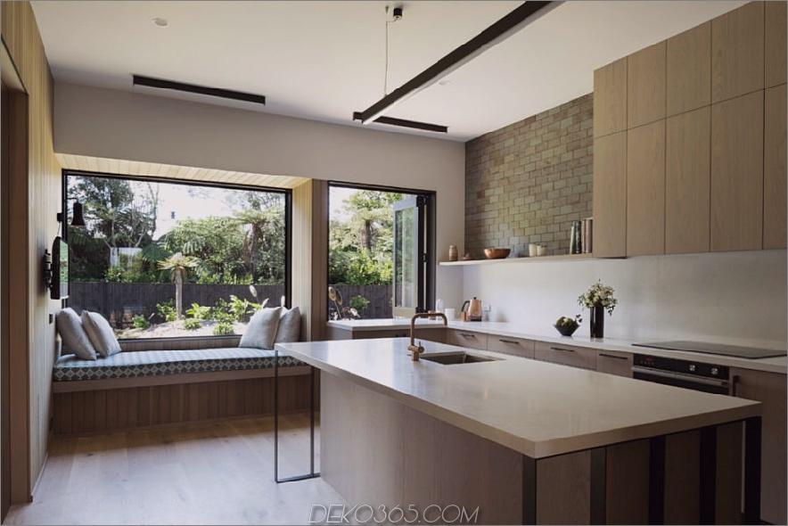 Ein weiterer Fensterplatz in der Küche blickt auf die grüne Landschaft
