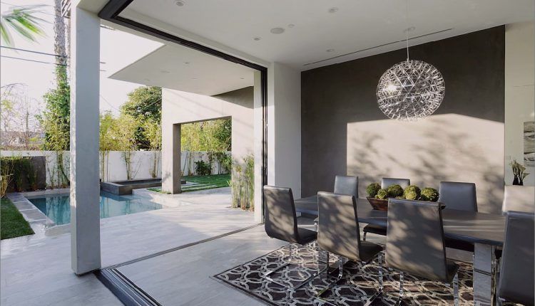 Zeitgenössisches Haus mit Pool hat Schwarz-Weiß-Interieur_5c598f72b22c7.jpg