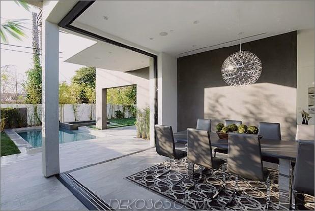 Zeitgenössisches Haus mit Pool hat Schwarz-Weiß-Interieur_5c598f73a34f7.jpg