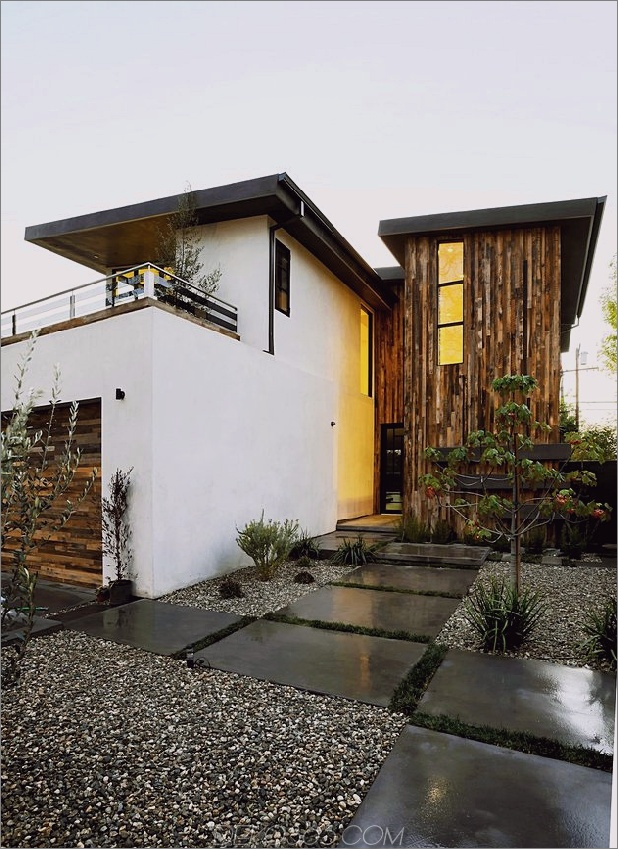 Zeitgenössisches Haus mit Pool hat Schwarz-Weiß-Interieur_5c598f74bc8d8.jpg