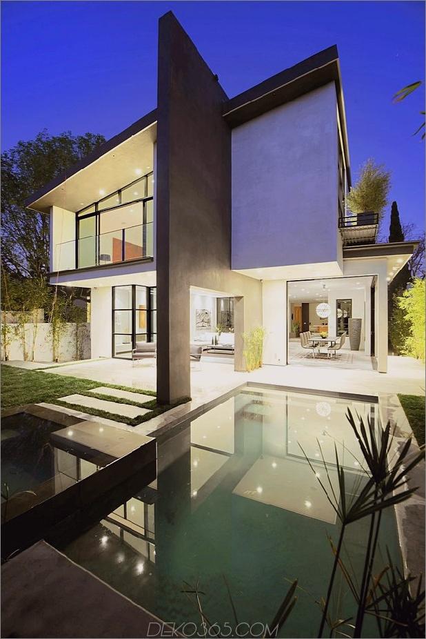 Zeitgenössisches Haus mit Pool hat Schwarz-Weiß-Interieur_5c598f759c53a.jpg