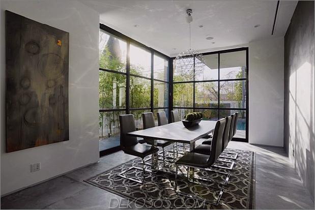Zeitgenössisches Haus mit Pool hat Schwarz-Weiß-Interieur_5c598f75f2c45.jpg