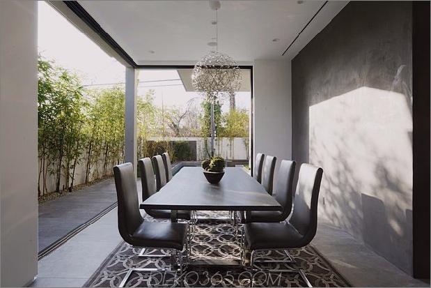 Zeitgenössisches Haus mit Pool hat Schwarz-Weiß-Interieur_5c598f7657e6a.jpg