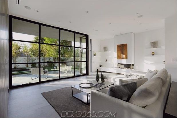 Zeitgenössisches Haus mit Pool hat Schwarz-Weiß-Interieur_5c598f77b4ea6.jpg