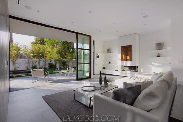 Zeitgenössisches Haus mit Pool hat Schwarz-Weiß-Interieur_5c598f7818e8f.jpg