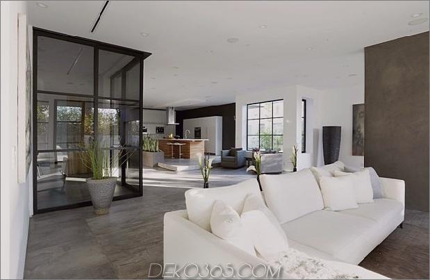 Zeitgenössisches Haus mit Pool hat Schwarz-Weiß-Interieur_5c598f78d8842.jpg