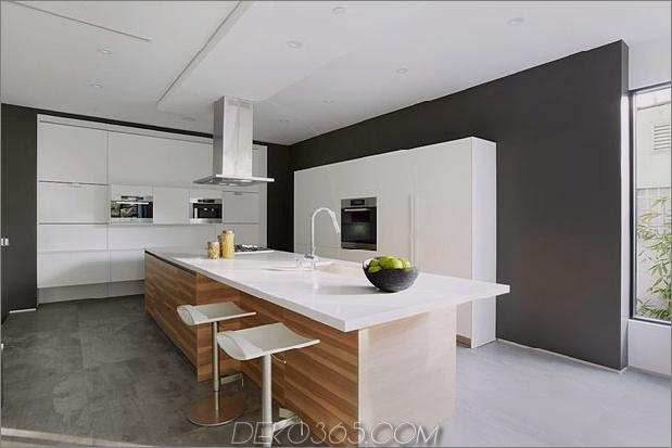 Zeitgenössisches Haus mit Pool hat Schwarz-Weiß-Interieur_5c598f7957852.jpg