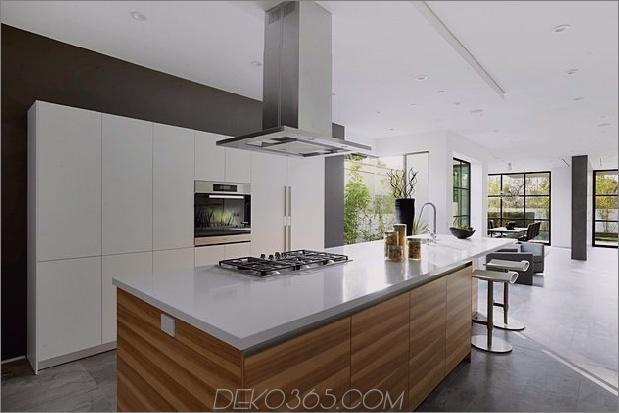 Zeitgenössisches Haus mit Pool hat Schwarz-Weiß-Interieur_5c598f79b14a3.jpg