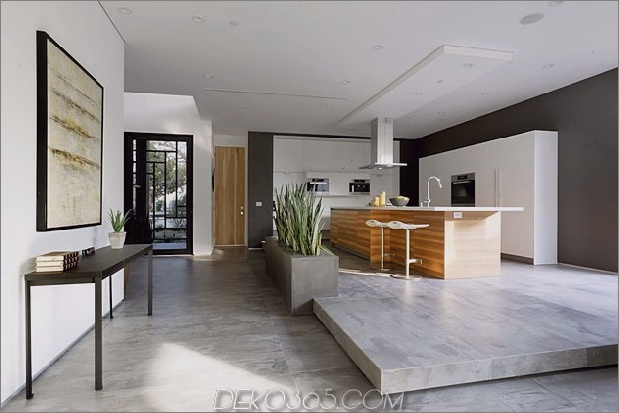 Zeitgenössisches Haus mit Pool hat Schwarz-Weiß-Interieur_5c598f7a1d016.jpg