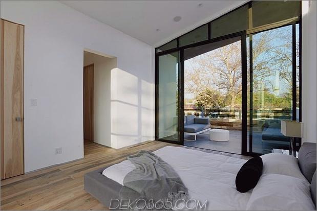 Zeitgenössisches Haus mit Pool hat Schwarz-Weiß-Interieur_5c598f7ecae79.jpg