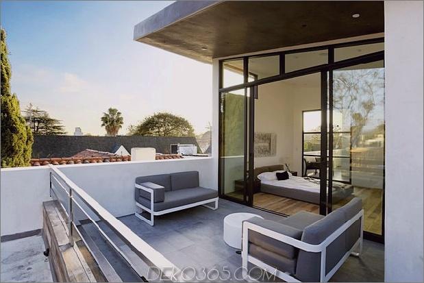 Zeitgenössisches Haus mit Pool hat Schwarz-Weiß-Interieur_5c598f7fb48a2.jpg