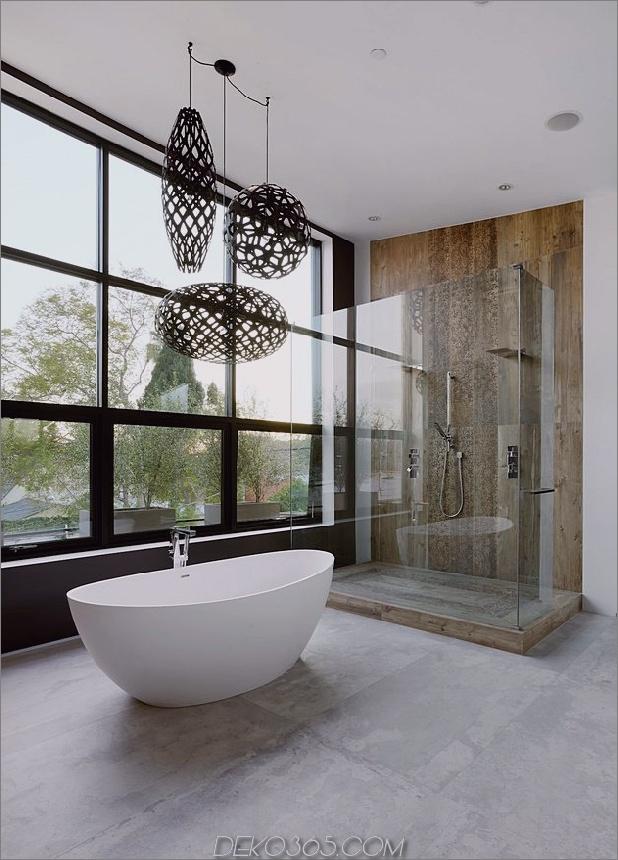 Zeitgenössisches Haus mit Pool hat Schwarz-Weiß-Interieur_5c598f80a38b5.jpg