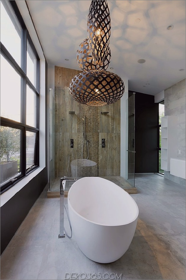 Zeitgenössisches Haus mit Pool hat Schwarz-Weiß-Interieur_5c598f811f9b0.jpg