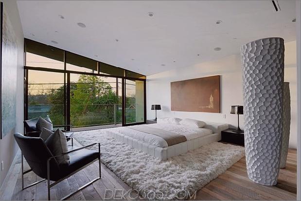 Zeitgenössisches Haus mit Pool hat Schwarz-Weiß-Interieur_5c598f81e9c4f.jpg