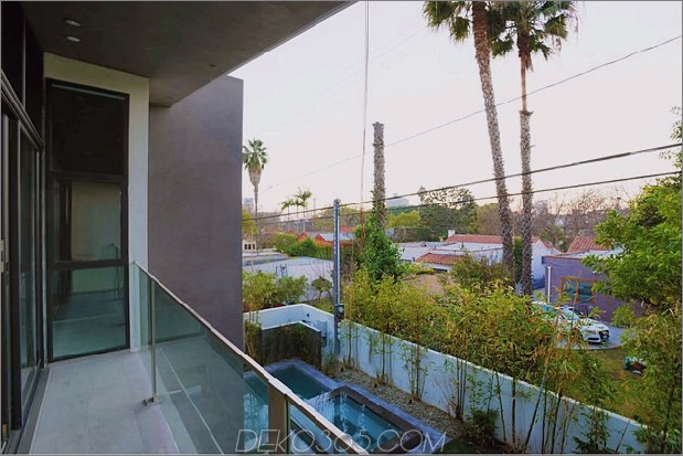 Zeitgenössisches Haus mit Pool hat Schwarz-Weiß-Interieur_5c598f82c6d3e.jpg