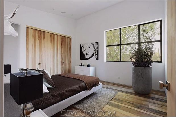Zeitgenössisches Haus mit Pool hat Schwarz-Weiß-Interieur_5c598f8437701.jpg