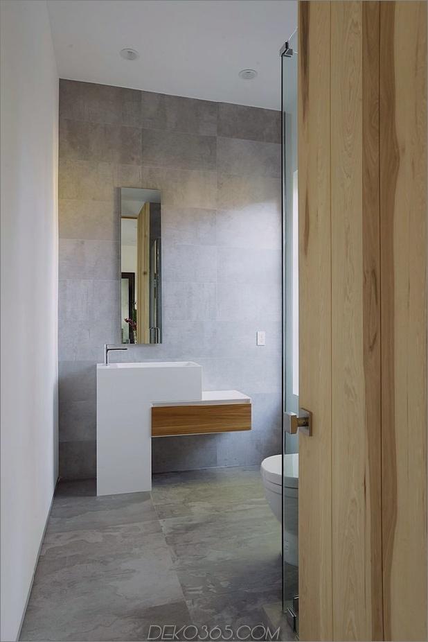Zeitgenössisches Haus mit Pool hat Schwarz-Weiß-Interieur_5c598f851f8a9.jpg