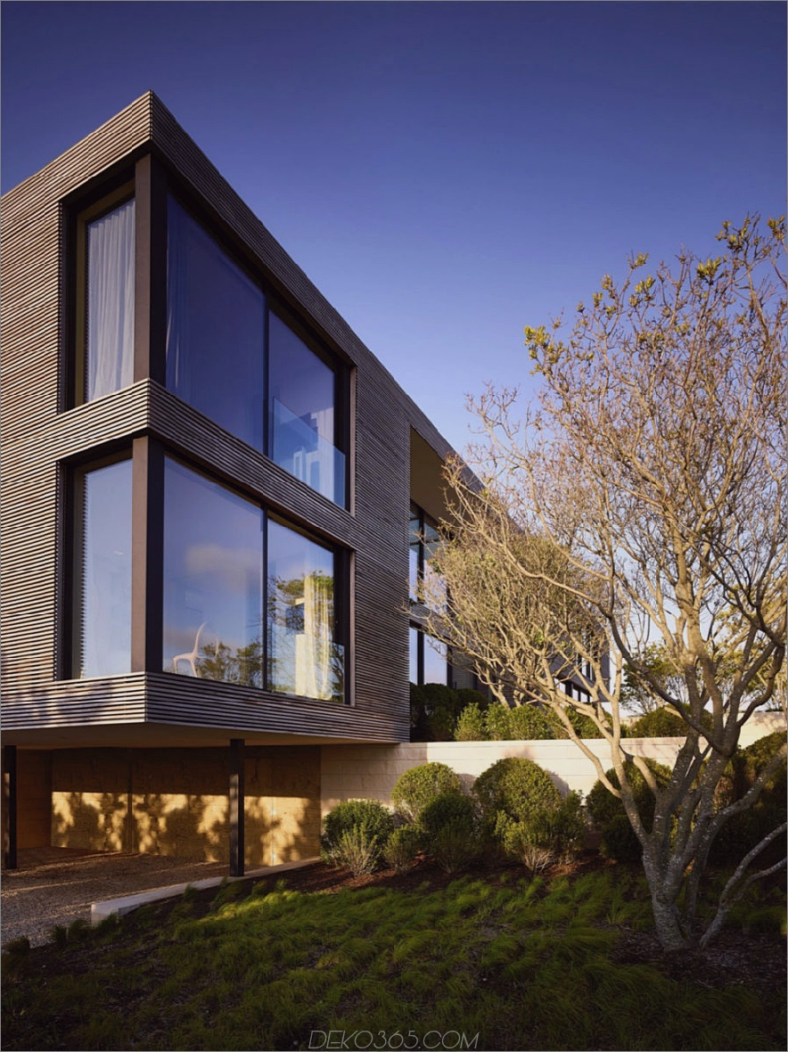 Schmeichelnde Holzverkleidungen wechseln mit reflektierenden Fenstern