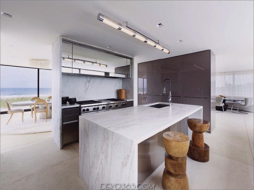 Eine in einer halben Wand verborgene Kocheinheit trennt die Küche vom Essbereich