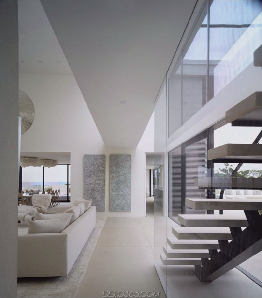 Die verglaste Treppe hat einen sehr passenden Zeitgenossen