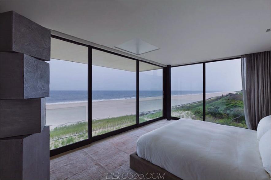 Die Glaswände des Schlafzimmers blicken auf den Strand